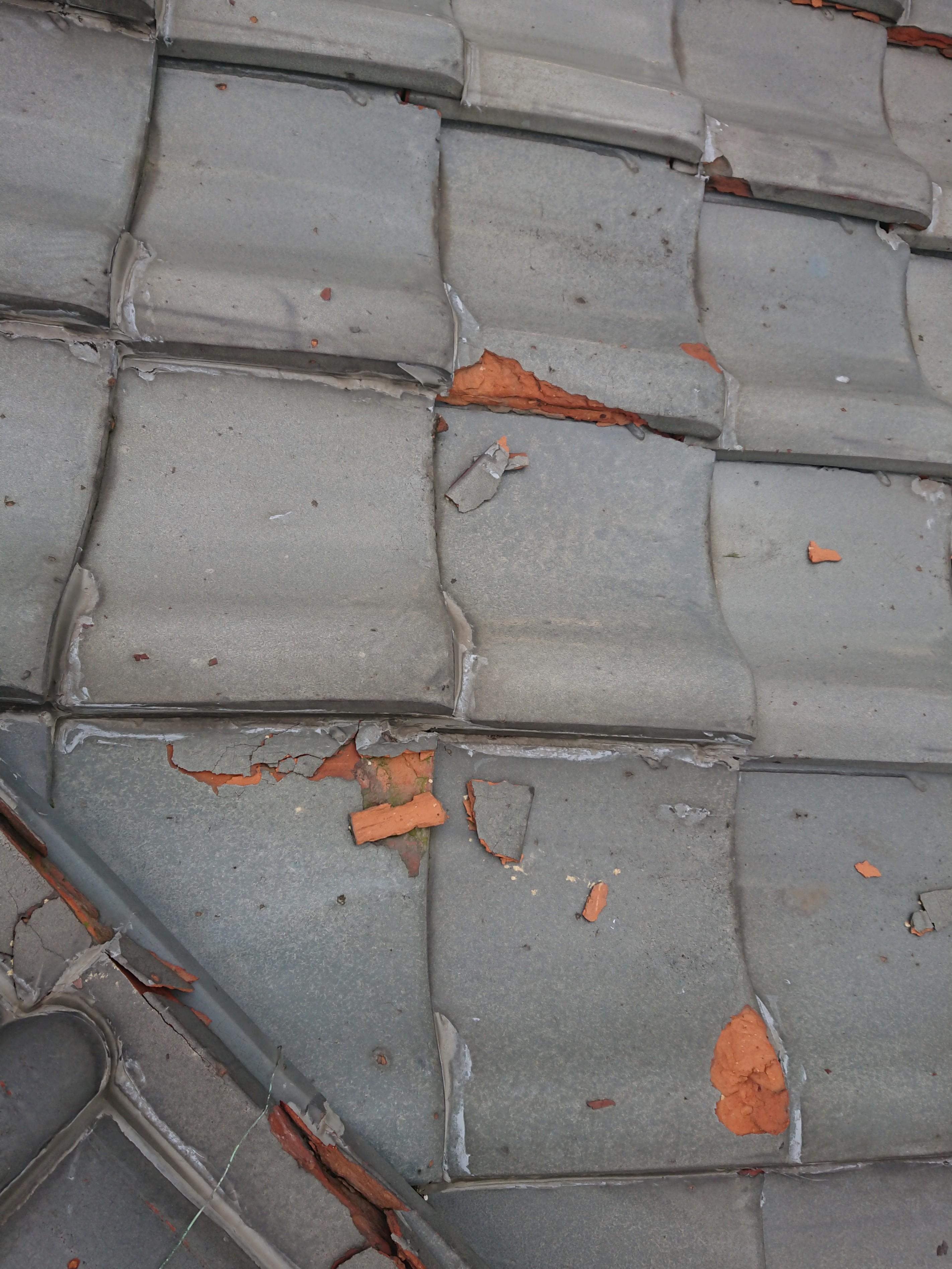 太子町 漆喰が取れている?いいえ瓦が割れているのです。