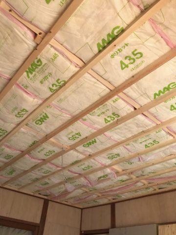天井に断熱材敷き込み