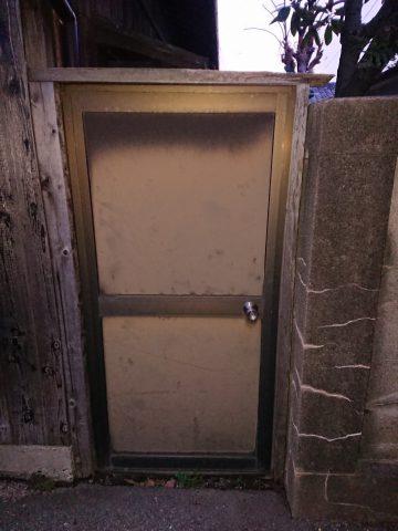 姫路市 裏口の木製枠をやり替える