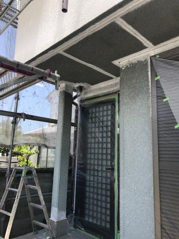 外壁塗装施工中養生後の玄関
