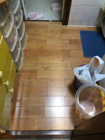 高砂市 洗面室の床が湿っている