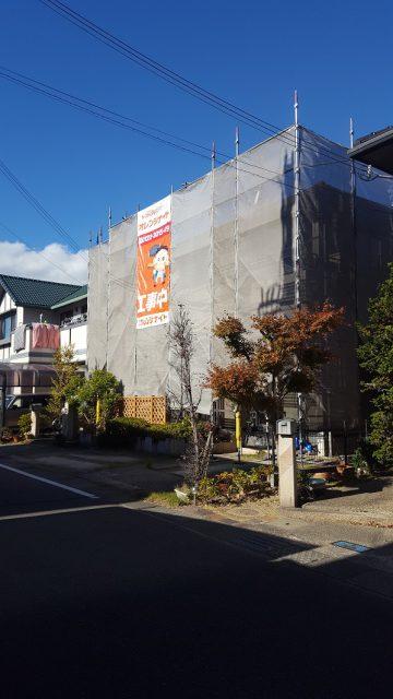 外壁塗装足場組完成で正面に垂れ幕