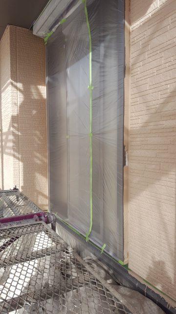 外壁塗装2日目は養生で窓の養生後