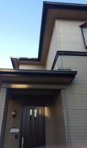 外壁塗装前の家の玄関先