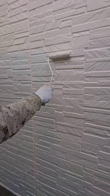 ローラー工法で全て手塗りで塗っていきます。