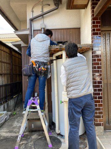 電気温水器施工中