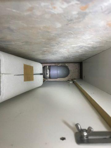 排水が床立ち上げキャビネット内にある