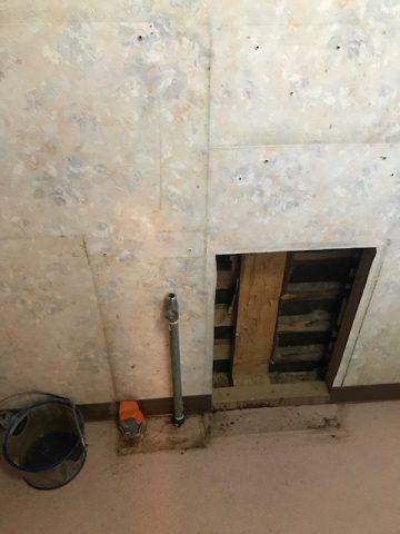 既存のトイレ内の手洗い器撤去