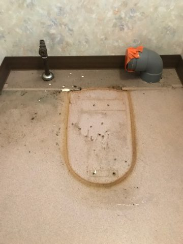 既存トイレを撤去します。