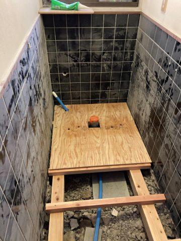 トイレ内の床を解体後大工工事