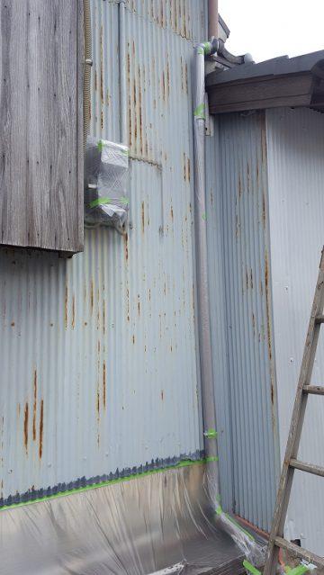 トタン壁を綺麗に塗替え施工中