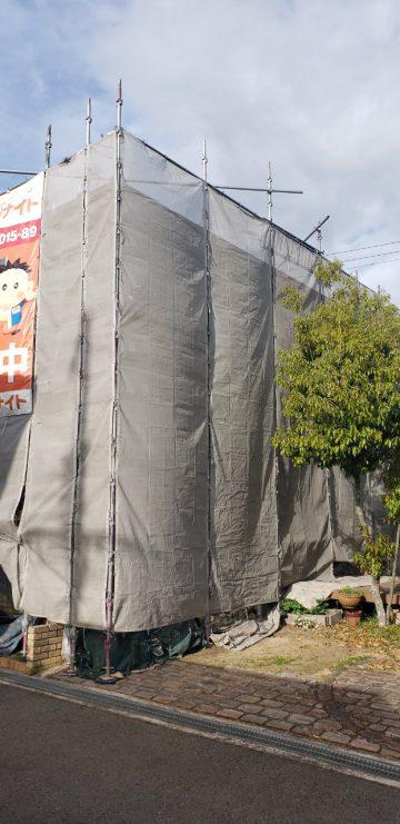 外壁塗装工程の足場組完了後の家