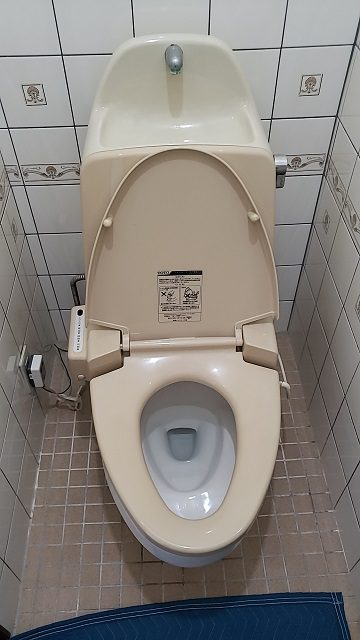 座りやすいトイレに!施工前